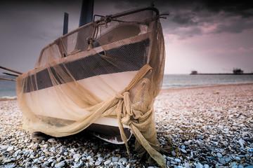 Barca con rete da pesca