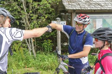 Fototapete - gutgelaunte Mountainbiker feiern den Abschluß einer Tour
