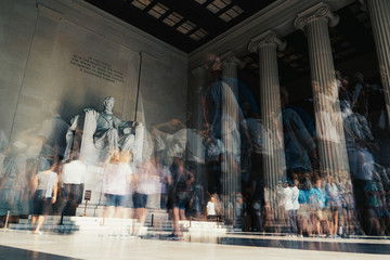 Long Exposure of Tourists Visiting the Lincoln Memorial Fototapete