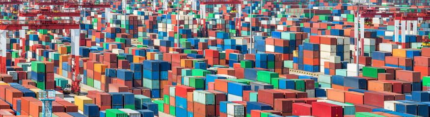 Wall Murals Rotterdam ISO Container im Hafen bereit für den Export mit dem Schiff