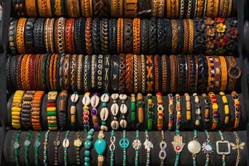 Muchas pulseras de cuero hechas por artesanos.