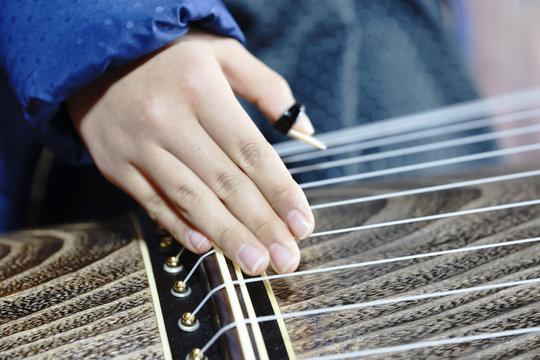 琴を弾くイメージ