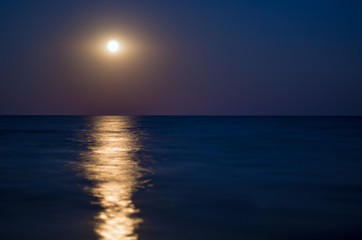 Fotomurais - moon in the night blue sky, sea horizon, waves, reflection of light. Horizontal composition