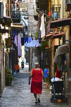 Mujer mayor paseando por las calles de Nápoles