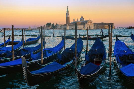 Atardecer y Góndolas en la plaza de San Marcos (Venecia, Italia)
