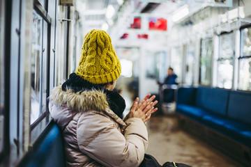 電車で旅行をしている女性