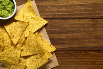 Knusprige Tortilla-Chips mit Avocadocreme an der Seite, fotografiert mit natürlichem Licht