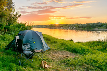 Photo sur Plexiglas Camping Camping tent in a camping in a forest by the river