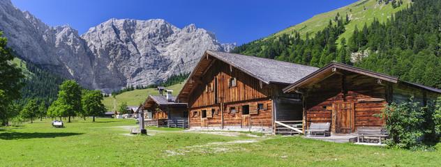 Großer Ahornboden im Karwendelgebirge mit Alm in der Eng