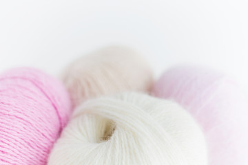 balls of colorful fluffy yarn on white background close-up Fototapete
