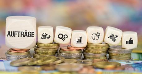 Aufträge / Münzenstapel mit Symbole