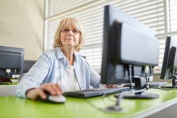 Ältere Frau am Computer