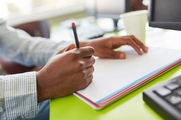 Schüler schreibt einen Test in der Schule