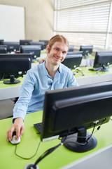 Informatik Student sitzt am Computer