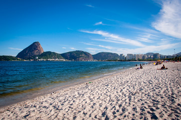 Fototapete - Aterro do Flamengo Beach with the Sugarloaf Mountain in the Horizon, Rio de Janeiro, Brazil