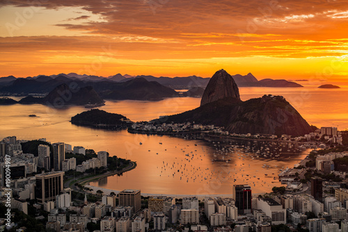 Fototapete Beautiful Warm Sunrise in Rio de Janeiro With the Sugarloaf Mountain Silhouette