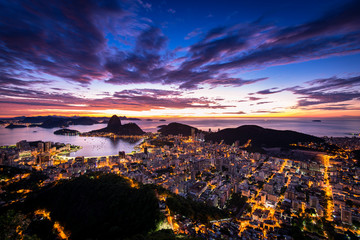 Fototapete - Rio de Janeiro city just before sunrise with city lights on, and the Sugarloaf Mountain in the horizon