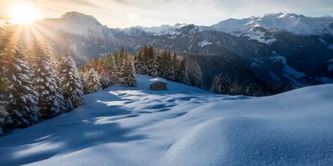 Fototapete - Sonnenuntergang in den verschneiten Bergen als Panoramabild