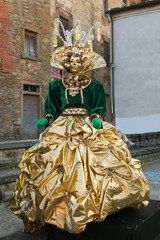 Donna con costume di carnevale color oro e verde