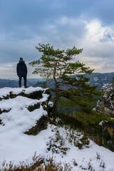 Ein Wanderer genießt den Ausblick über die Sächsische Schweiz