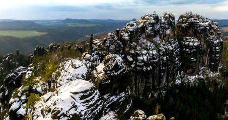 Panorama der Schrammsteine in der Sächsischen Schweiz an einem Wintertag