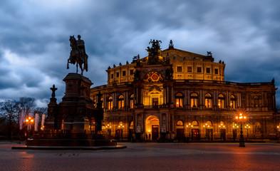 Semperoper an einem bewölkten Abend in Dresden