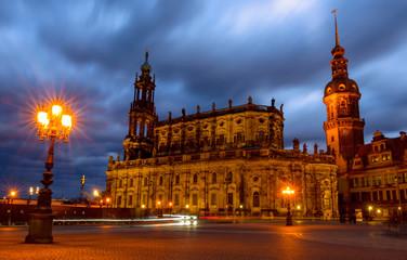 Die katholische Hofkirche in Dresden an einem Winterabend