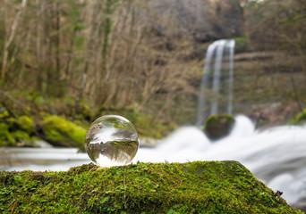 Wasserfal mit Kristallkugel