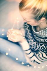 Frau mit Lichterkette erholt sich zu hause