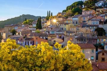 Vue panoramique sur le village de Bormes les Mimosas, Provence, France. Coucher de soleil.