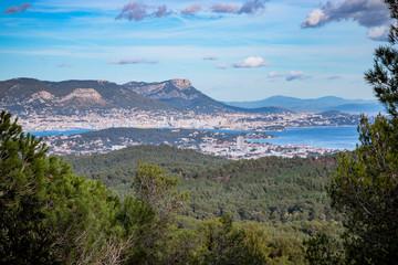 Vue sur la rade de Toulon du haut de la Corniche Varoise