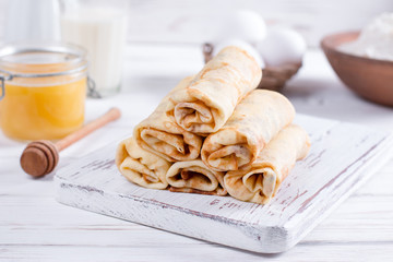 Roll pancakes with cottage cheese and berries. The idea for a breakfast