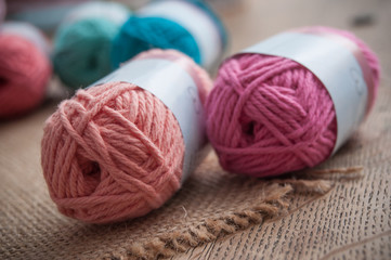 pelotes de laine de couleur sur table en vieux et toile de jutte