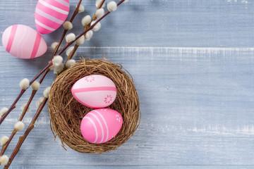 Nest mit rosa Ostereieren und Textfreiraum
