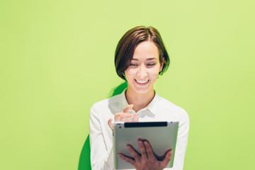 タブレットPCを使用する女性(鮮やかな背景)