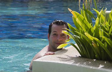 Mann im tropischen Pool in Thailand