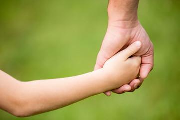 Vater und Sohn Hand in Hand