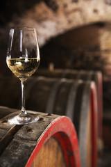 Weinglas auf einem Fass im Weinkeller