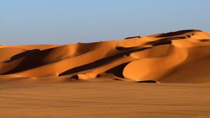 große strukturierte Sanddüne erhebt sich aus der Ebene