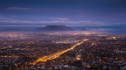 City scape over Cape Town South Africa at dawn, as seen from Tygerberg hill in the Northern Suburbs of Cape Town. Fototapete