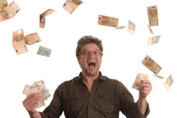 Mann freut sich über Geldgewinn