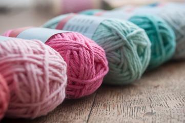 pelotes de laine de couleur sur table en vieux bois