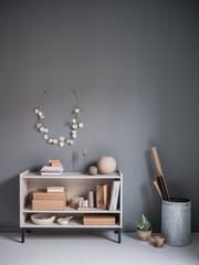 Regal mit Dekoration in Naturtönen und Wanddekoration aus Keramik