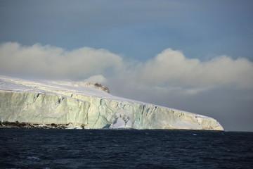 Photo sur Aluminium Pôle Edge of the Arctic island covered with glacier