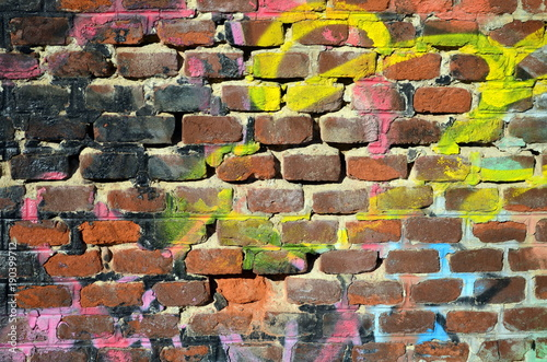 backsteinmauer mit frabe beschmierte alte im garten