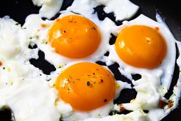 Fried egg - a calorie-rich breakfast