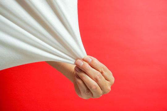引っ張る、シャツを引っ張る、伸びる素地など 赤色背景