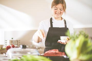 Chef Kochin in der Küche (Steak Fleisch Zubereitung)