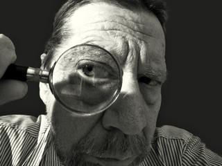 Uomo con lente di ingrandimento.