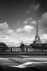 paris amoureux amour romantique tour eiffel france couple garçon ville sentiment romantisme